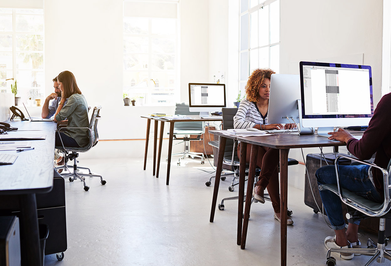 GettyImages-530933176_how-does-hotdesking-work
